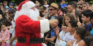 Chegada do Papai Noel reúne 10 mil pessoas no Parque da Juventude em Itatiba