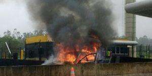 Carro pega fogo em rodovia entre Itapira e Mogi Mirim