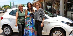 Ganhadora recebe carro zero do Buona Gente e Santo Anjo