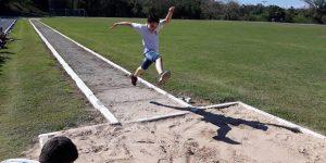 Alunos praticam atletismo no parque em Itatiba