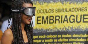 Visitantes da Expoflora testam óculos que simulam embriaguez