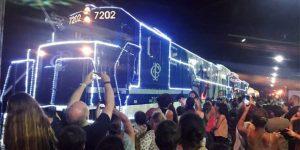 """Trem iluminado do """"Natal nos Trilhos – Expresso Paulista"""" passa por Hortolândia"""