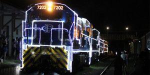 """Trem iluminado do """"Natal nos Trilhos – Expresso Paulista"""" passa por Americana"""